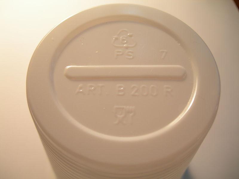 800px-Plastic_drinkware